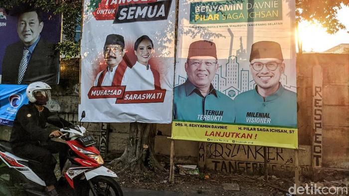 Sejumlah spanduk calon Wali Kota Tangerang Selatan bertebaran di Kawasan Pondok Aren dan Ciputat, Sabtu (3/10/2020). Spanduk tersebut masih mensosialisasikan foto pasangan calon. Pilkada Tangsel diikuti 3 pasangan yakni Muhamad dan Saraswati, Nur Azizah dan Ruhamaben serta Benyamin Davnie dan Pilar Saga.