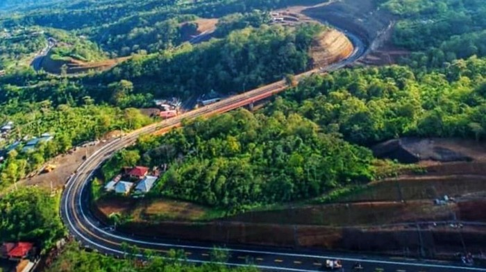 Kementerian Pekerjaan Umum dan Perumahan Rakyat (PUPR) terus melanjutkan pembangunan Jalan Pintas (Shortcut) ruas Mengwitani-Singaraja dengan panjang sekitar 12,12 km. Pembangunan jalan pintas yang menghubungkan wilayah Bali bagian Selatan dan Utara tersebut akan mengurangi kelokan dan kemiringan yang ada, sehingga menjadi lebih landai dan pendek jarak tempuhnya dari semula sepanjang 13,46 Km.