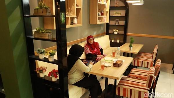 Menurut salah satu pengunjung, Dinda mengatakan, kafe ini suasananya sangat nyaman dan tenang. Enak sekali buat yang kerja, tenang susana kafenya, ujar Dinda saat berkunjung bersama temannya. (Wisma Putra/detikcom)