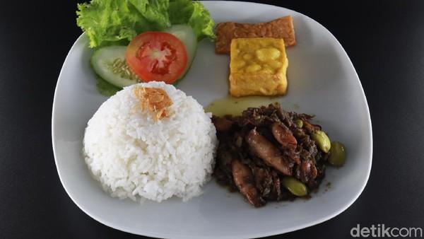 Untuk makanannya, kafe ini punya dua jenis yakni, Indonesian Food dan Western Food. Total ada 105 menu makanan dan minuman di sini. Untuk harga makanannya berkisar antara Rp 16-80 ribu. (Wisma Putra/detikcom)
