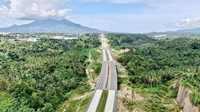 Jalan Tol Manado-Bitung ruas Manado-Danowudu sepanjang 26 km telah diresmikan Presiden Joko Widodo secara virtual di Istana Kepresidenan Bogor pada Selasa (29/9/2020) lalu. Tol tersebut meliuk di antara bukit di Sulawesi Utara.