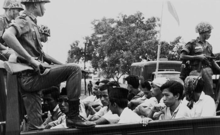 30 Oktober 1965, Pemuda Rakjat (organisasi sayap PKI)  ditahan tentara. (AP Photo/File)