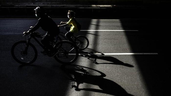 Warga bersepeda di Jalan Jenderal Sudirman, Jakarta, Minggu (4/10/2020). Aktivitas warga yang berolahraga di kawasan tersebut masih ramai saat PSBB Ketat.