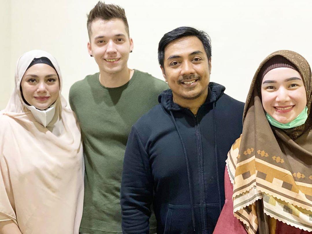 Celine Evangelista foto bareng Ustaz Riza Muhammad