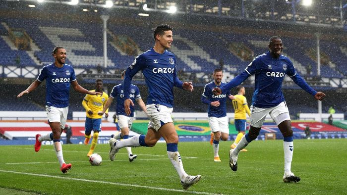 LIVERPOOL, ENGLAND - OCTOBER 03: James Rodriguez of Everton celebrates after scoring his teams third goal during the Premier League match between Everton and Brighton & Hove Albion at Goodison Park on October 03, 2020 in Liverpool, England. Sporting stadiums around the UK remain under strict restrictions due to the Coronavirus Pandemic as Government social distancing laws prohibit fans inside venues resulting in games being played behind closed doors. (Photo by Jan Kruger/Getty Images)