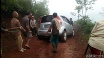 Cemas Pemobil Tersesat-Terjebak di Hutan Tasik Diincar Hewan Buas
