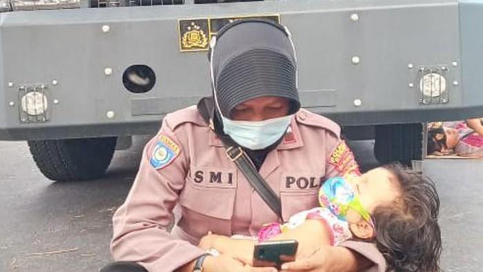 polwan di Dompu bawa anak saat amankan demo sengketa Pilkada