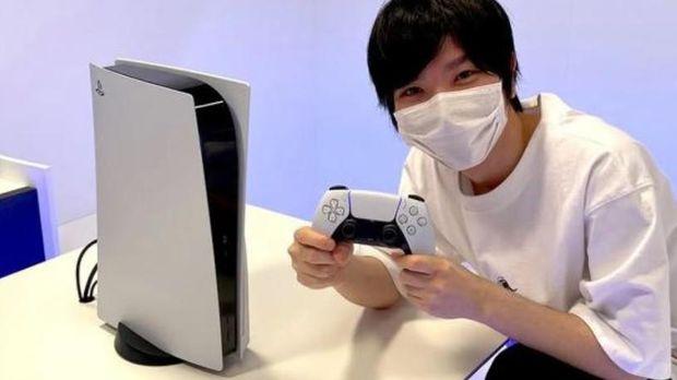 YouTuber gaming yang memamerkan wujud asli PS5.