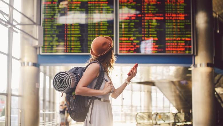 Ilustrasi seseorang sedang solo traveling.