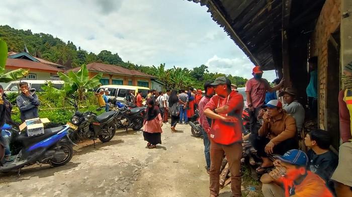 Personel BPBD Agam mencari puluhan warga Limapuluh Kota yang tersesat di hutan, Minggu (4/10/2020).