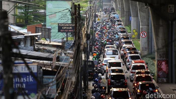Kemacetan terjadi di Jalan Ciledug Raya, Jakarta. Kemacetan tersebut diketahui terjadi akibat adanya pengerjaan proyek di kawasan tersebut.