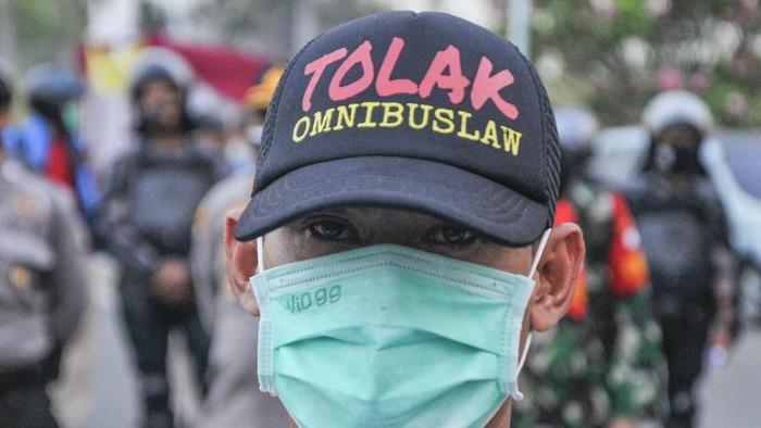 Sejumlah buruh berunjuk rasa di kawasan EJIP (East Jakarta Industrial Park), Cikarang, Kabupaten Bekasi, Jawa Barat, Senin (5/10/2020). Pada aksinya itu mereka menolak pengesahan RUU Cipta Kerja dan mengancam akan melakukan mogok kerja pada 6-8 Oktober 2020. ANTARA FOTO/Fakhri Hermansyah/pras.