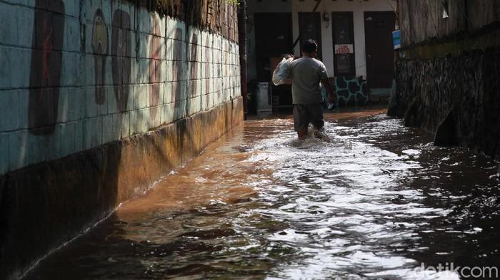 Warga beraktivitas di tengah banjir di Kelurahan Petogogan, Jakarta Selatan, Senin (5/10/20200). Banjir akibat hujan sejak Minggu (4/10/2020) malam dan luapan sungai Krukut yang membelah Petogogan. (ARI SAPUTRA/detikcom)