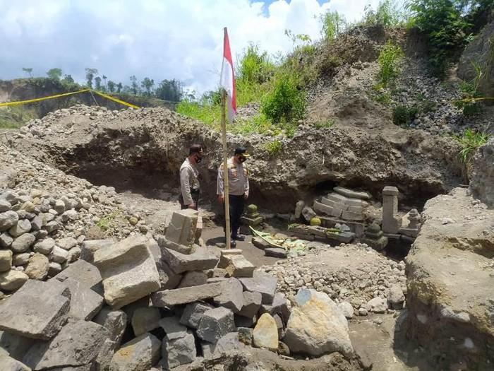Bebatuan candi ditemukan di lereng Merapi-Merbabu kini dipasangi garis polisi, Senin (5/10/2020).