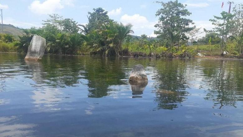 Benda-benda purbakala terlihat karena Danau Sentani surut.
