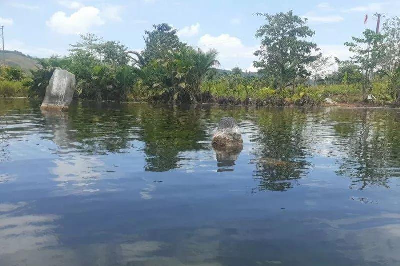 Kemarau telah membuat air di Danau Sentani, Papua surut. Hal ini justru memunculkan benda-benda purbakala di sana.