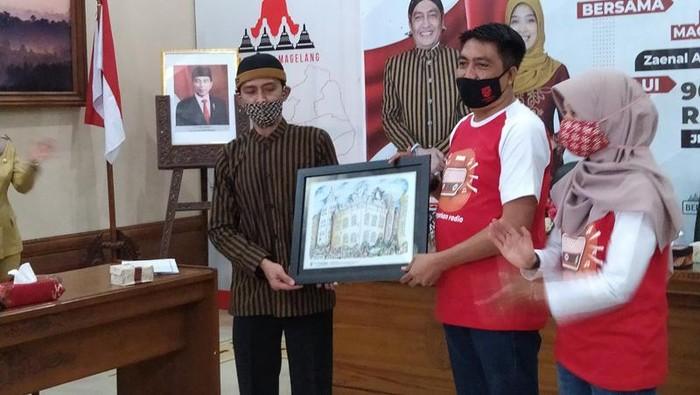 Bupati Magelang Zaenal Arifin memberikan uang pembinaan kepada Nank Ngablak.