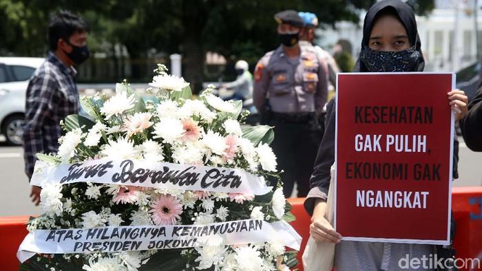 Sejumlah aktivis melakukan aksi di depan Istana Negara, Jakarta, Senin (5/10/2020). Mereka memprotes pengangkatan 2 anggota eks Tim Mawar jadi pejabat Kemenhan.