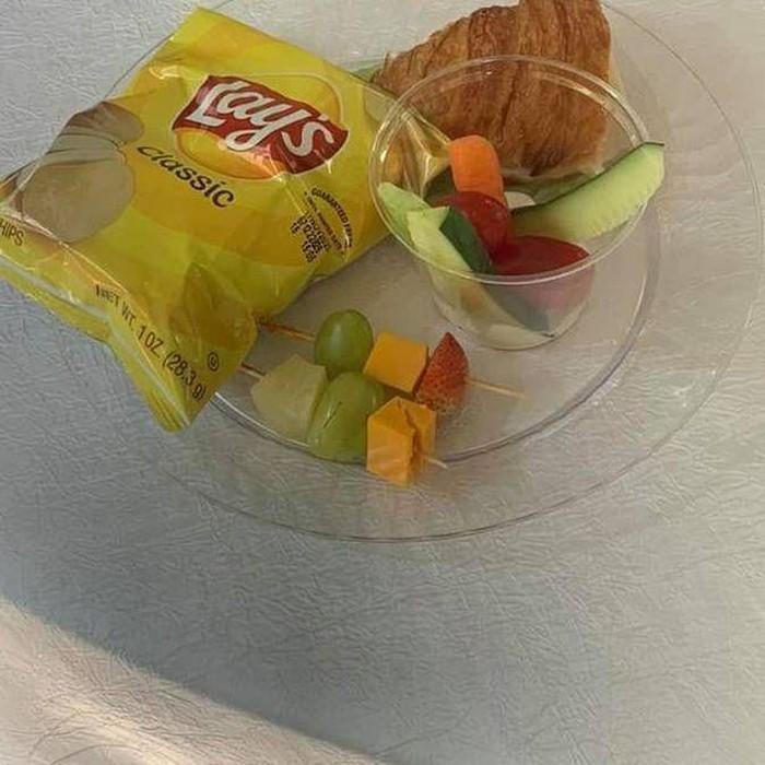 Duh! Suguhan Makan di Pesta Pernikahan Ini Kayak Jajanan Bocah