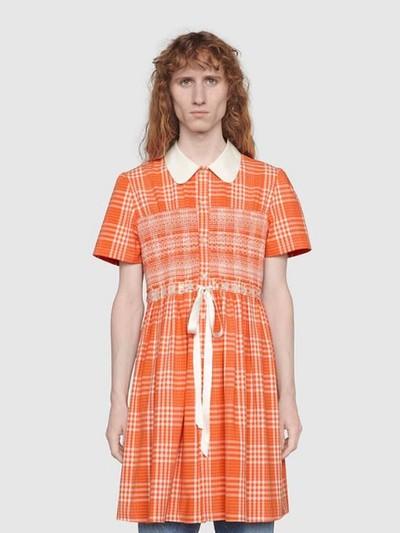 Gucci rilis gaun motif tartan untuk pria.