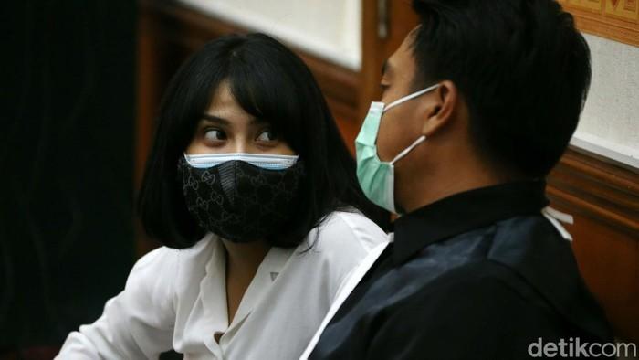 Vanessa Angel memberikan keterangan dalam lanjutan sidang kepemilikan pil xanax di PN Jakbar. Vanessa mengaku mengkonsumsi pil xanax di sel tahanan di Surabaya.