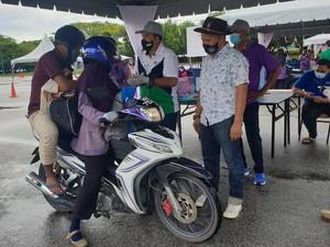 Perjuangan Ibu Penjual Kue Antar Anak ke Kampus Pakai Motor Sejauh 50 Km