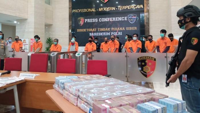 Konferensi pers kasus pembobolan bank yang rugikan Rp 146 M di Mabes Polri