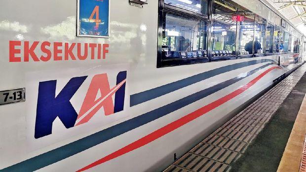 Ada yang pangling dari tampilan lokomotif PT Kereta Api Indonesia (Persero). Ya ada perubahan logo KAI.