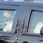 Masih Corona Trump Jalan-jalan Naik SUV Hitam, Kok Nggak Pakai The Beast?