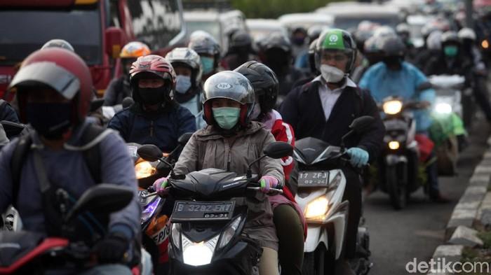 Antrean panjang kendaraan terlihat di kawasan Pasar Minggu, Jakarta, saat sore hari. Kemacetan itu terjadi di tengah penerapan PSBB ketat di Ibu Kota.