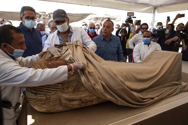 Khalid el-Anany mengatakan setidaknya ada 59 sarkofagus tersegel dengan mumi di dalamnya, ditemukan terkubur di tiga sumur lebih dari 2.600 tahun lalu.
