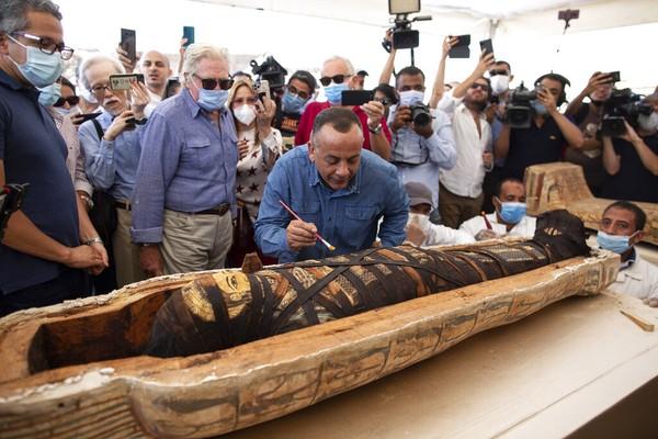 Mostafa Waziri, Sekretaris Jenderal Dewan Purbakala Tertinggi, meneliti lebih detail mumi yang berada di dalam sarkofagus yang telah dibuka.