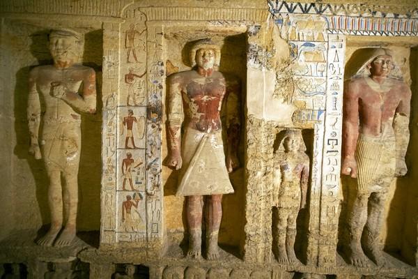 Mostafa Waziri, mengatakan para arkeolog juga menemukan total 28 patung Ptah-Soker dewa utama pemakaman Saqqara, dan patung perunggu dewa Nefertum setinggi 35 cm yang diukir indah, bertatahkan batu mulia dengan nama pemilik yang tertulis Pendeta Badi-Amun.