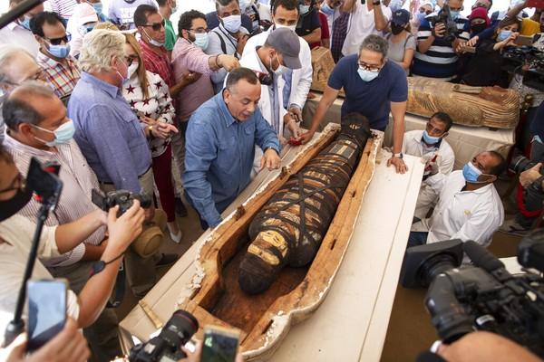 Dalam konferensi pers yang diadakan di Step Pyramid of Djoser di Saqqara, tempat peti mati ditemukan, puluhan sarkofagus tersebut ditampilkan dan salah satunya dibuka di hadapan wartawan untuk menunjukkan mumi yang ada di dalamnya.