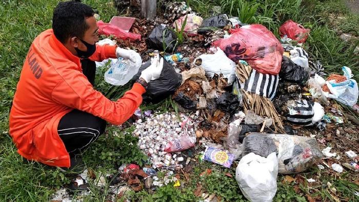 Ratusan limbah botol vaksin dibuang sembarangan ke tempat pembuangan sampah sementara di kawasan Cianjur, Jawa Barat. Berikut penampakannya.