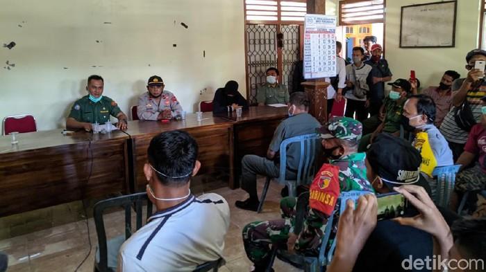 Kepala Dusun (Kasun) di Kecamatan Slahung, T (57) ketahuan berzina dengan istri siri orang, M (39). T mendapat sanksi adat dari warga.