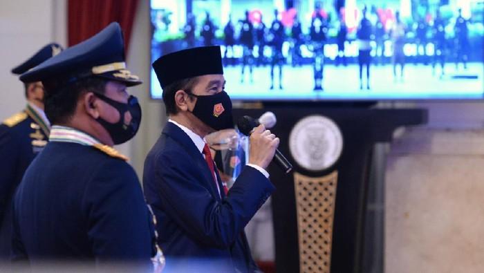 Presiden Jokowi menjadi inspektur upacara di HUT ke-75 TNI. Upacara digelar secara virtual dari Istana Negara, Jakarta.