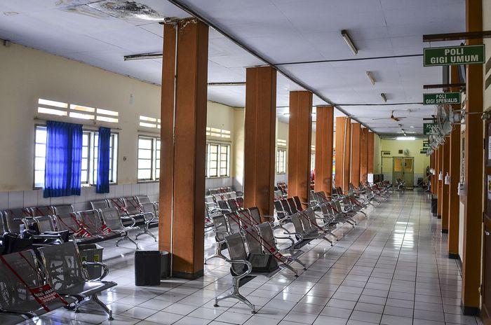 Suasana pendaftaran poliklinik rawat jalan yang sepi di Rumah Sakit Umum Daerah (RSUD) Kabupaten Ciamis, Jawa Barat, Senin (5/10/2020). RSUD Ciamis saat ini tidak melayani pasien atau peserta BPJS Kesehatan untuk poliklinik instalasi rawat jalan dan hanya melayani pasien umum. Hal ini akibat permasalahan rumah sakit dengan pihak BPJS Kesehatan karena klaim pembayaran bulan Maret 2020 belum dibayar lantaran proses administrasi dari pihak rumah sakit telat mengajukannya. ANTARA FOTO/Adeng Bustomi/pras.