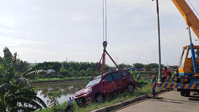 Sebuah mobil terperosok ke Kali BKT Cakung, Jakarta Timur