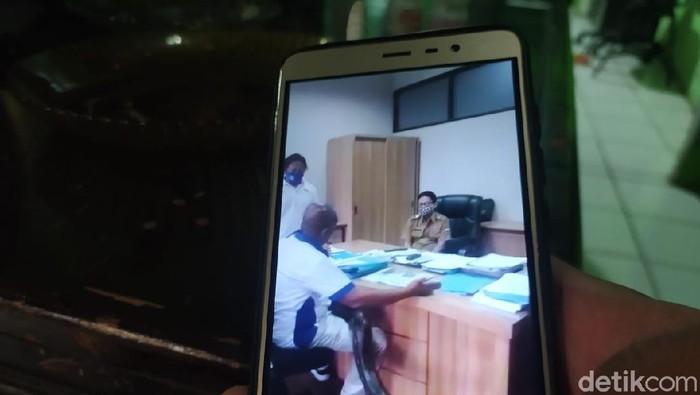 Seorang pria nekat bawa piton sambil ngamuk di kantor dinas Bandung Barat