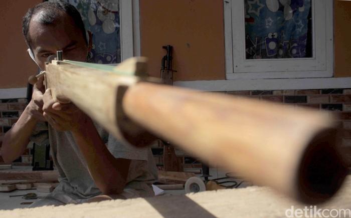 Yaya Saepuloh (38) warga asal Kelurahan Cipameungpeuk, Kecamatan Sumedang Selatan, mampu membuat replika senjata dari bahan kayu. Senjata yang dihasilkan mirip dengan aslinya.