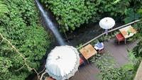 The Kayon Resort berada di dekat Sungai Petanu yang bersejarah. Selain udara sejuk, pengunjung juga bisa menikmati rindangnya suasana karena bersebelahan dengan hutan hujan Ubud (Instagram/@thekayonresort)