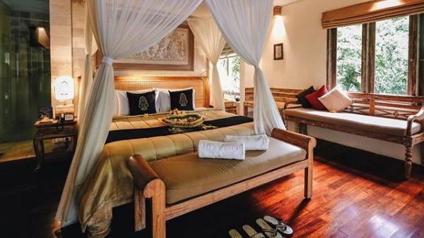 The Kayon Resort berlokasi di Banjar Kepitu, Desa Kendran, Ubud-Bali. Penginapan ini memiliki enam kamar deluxe yang menghadap ke pemandangan hutan, 12 kamar suite dan lima villa yang masing-masing dilengkapi kolam renang pribadi (Instagram/@thekayonresort)
