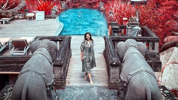 Saat bertemu dengan pemilik The Kayon Resort yang merupakan sepasang suami-istri, Ashanty pun mengutarakan niatnya untuk kerja sama. Kemudian di akhir video dia dan Anang mengatakan kalau mereka sudah sampai pada tahap sepakat (Instagram/@ashanty_ash)
