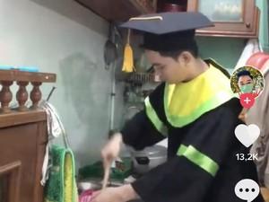 Ada-ada Saja, Mahasiswa Ini Viral karena Wisuda Sambil Masak Nasi Goreng