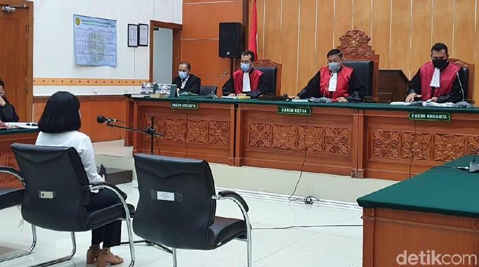Vanessa Angel memberikan keterangan dalam lanjutan sidang kepemilikan pil xanax di PN Jakbar. Dia mengaku mengkonsumsi pil xanax di dalam sel tahanan di Surabaya. (Isal Mawardi/detikcom)