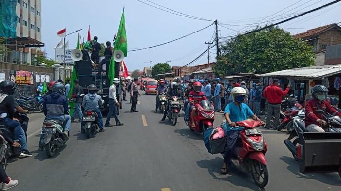 Aksi buruh di Cilegon, Banten, tolak UU Cipta Kerja, Selasa (6/10/2020).