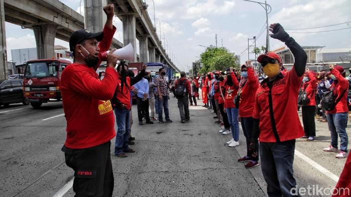 Puluhan buruh yang tergabung Konfederasi Persatuan Buruh Indonesia (KPBI) melalukan aksi unjuk rasa di kawasan Pos 9 Tanjung Priok, Jakarta Utara, Selasa (6/10). Dalam aksi tersebut mereka menolak pengesahan RUU Cipta Kerja atau Omnibus Law.