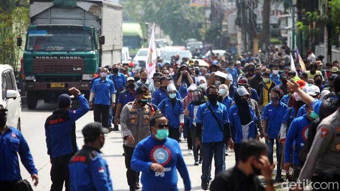 Buruh melakukan longmarch untuk menolak pengesahannya Omnibus Law. Namun sebelum sampai di lokasi aksi di kantor Pemkab Bekasi, buruh dimintai untuk putar balik.