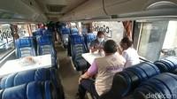 Cikobis juga dilengkapi dengan pemandu tur yang akan menjelaskan tempat-tempat yang dilewati oleh wisatawan.